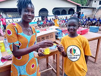 A Ghanaian boy wins his K4T Clubs Prestige Award.